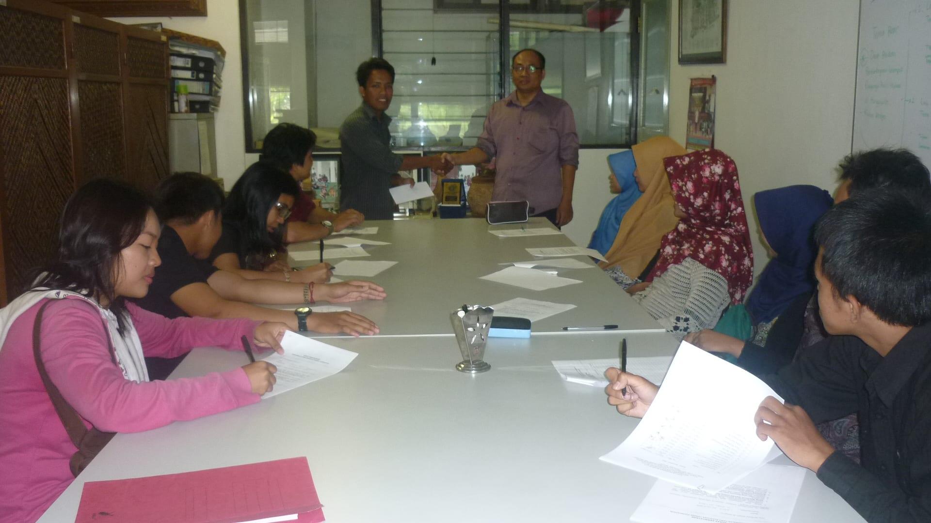 Penyerahan beasiswa Tanabe Foundation ke mahasiswa Dept. THH
